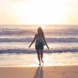 Mujer que camina en la playa, sol en el mar del verano de la mañana Fotos de archivo