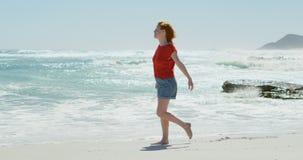 Mujer que camina en la playa en un día soleado 4k metrajes