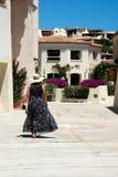 Mujer que camina en las calles de Oporto Cervo imagen de archivo