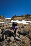 Mujer que camina en las montañas Imagen de archivo libre de regalías