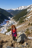 Mujer que camina en las montañas Imágenes de archivo libres de regalías