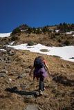 Mujer que camina en las montañas Fotos de archivo