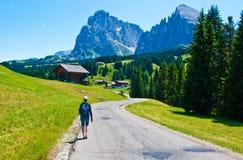 Mujer que camina en las montañas italianas Fotos de archivo