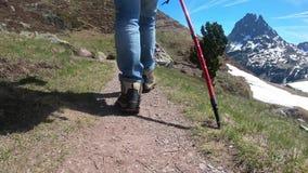 Mujer que camina en las monta?as francesas de los Pirineos, imagen du Midi d Ossau del caminante en fondo almacen de metraje de vídeo