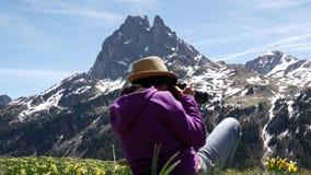 Mujer que camina en las monta?as francesas de los Pirineos, imagen du Midi d Ossau del caminante en fondo almacen de video