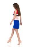 Mujer que camina en Mini Dress And High Heels Imagenes de archivo
