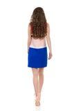 Mujer que camina en Mini Dress And High Heels Visión trasera Imágenes de archivo libres de regalías