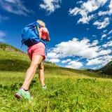 Mujer que camina en montañas, aventura y viaje Imágenes de archivo libres de regalías