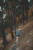 Mujer que camina en pantalones cortos el bosque del verano Imagen de archivo libre de regalías