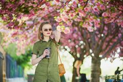 Mujer que camina en París en un día de primavera Imagen de archivo libre de regalías