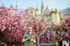 Mujer que camina en París en un día de primavera Imagen de archivo