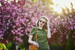 Mujer que camina en Par?s en un d?a de primavera imagen de archivo