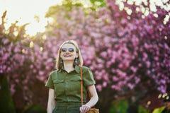Mujer que camina en Par?s en un d?a de primavera fotografía de archivo