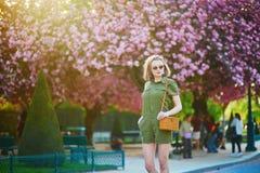 Mujer que camina en Par?s en un d?a de primavera foto de archivo libre de regalías