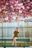 Mujer que camina en Par?s en un d?a de primavera imágenes de archivo libres de regalías