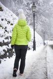 Mujer que camina en parque de la ciudad del invierno Imágenes de archivo libres de regalías