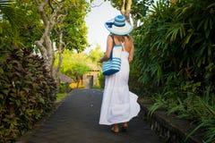 Mujer que camina en parque tropical en madrugada imagenes de archivo