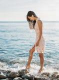 Mujer que camina en Pebble Beach Imagen de archivo