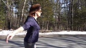 Mujer que camina en perfil almacen de metraje de vídeo