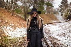 Mujer que camina en pistas ferroviarias Imagen de archivo libre de regalías
