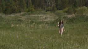 Mujer que camina en prado solamente metrajes