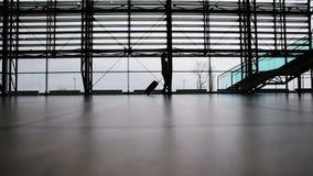 Mujer que camina en terminal de aeropuerto almacen de video