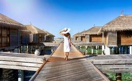 Mujer que camina en un embarcadero de madera Fotos de archivo libres de regalías