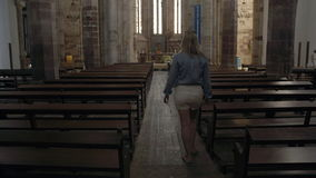 Mujer que camina en una capilla metrajes