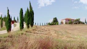 Mujer que camina en una trayectoria en Toscana almacen de video