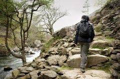 Mujer que camina encima de pasos de la roca Imagen de archivo