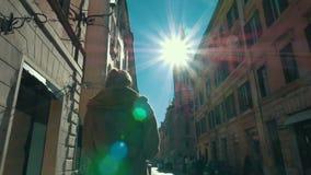 Mujer que camina a lo largo de la calle en Roma almacen de metraje de vídeo