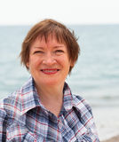 Mujer que camina a lo largo de la costa Fotos de archivo