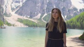 Mujer que camina por el lago almacen de metraje de vídeo