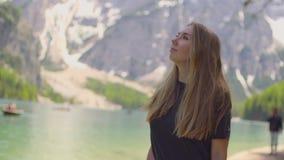 Mujer que camina por el lago metrajes