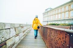 Mujer que camina por el lugar turístico en día del otoño Imagenes de archivo