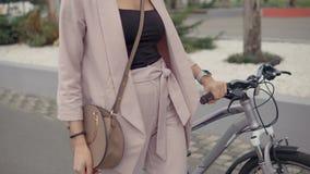 Mujer que camina por la bici metrajes