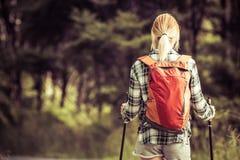 Mujer que camina rubia fotografía de archivo libre de regalías