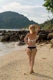 Mujer que camina solamente en la playa en vestido azul Imagen de archivo libre de regalías