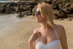 Mujer que camina solamente en la playa en vestido azul Fotos de archivo