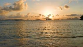 Mujer que camina solamente en la playa en la puesta del sol del verano almacen de metraje de vídeo