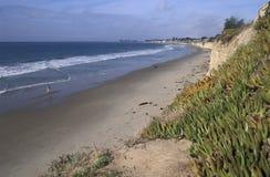 Mujer que camina solamente en una playa fotografía de archivo