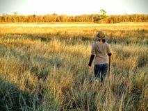 Mujer que camina a través de hierba alta Imagen de archivo libre de regalías