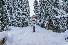 Mujer que camina a través de la nieve Imágenes de archivo libres de regalías