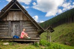 Mujer que camina y que acampa en paisaje inspirador de la montaña Imagen de archivo