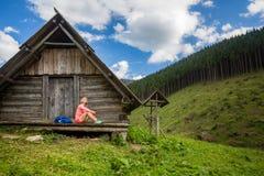 Mujer que camina y que acampa en paisaje inspirador de la montaña Imágenes de archivo libres de regalías