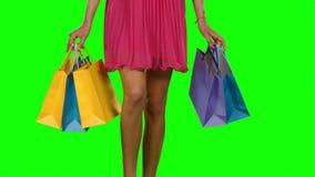 Mujer que camina y que sostiene los panieres Pantalla verde almacen de video