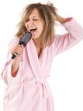 Mujer que canta con el cepillo para el pelo Foto de archivo