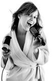 Mujer que canta con el cepillo para el pelo Imagen de archivo