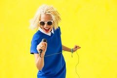 Mujer que canta con el micrófono Foto de archivo