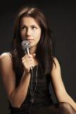 Mujer que canta en el micrófono Foto de archivo libre de regalías